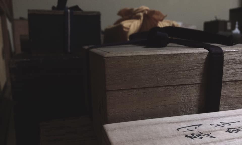 奈良 茶道 体験 nara 三五夜 さんごや 三五屋 茶会 茶室 隠れ家 にじり口 炭 炉 掛軸 椿 ツバキ 茶道具 JR奈良駅 駅前 月釜 徒歩圏内 奈良県 奈良市 三網田 濃茶 薄茶 続き薄 茶花 生花 待合 堂後 宗邑  ひめゆり仕立 副 古曽部焼 御本写 而妙斎箱 薄茶器 即中斎好 金銀笹蒔絵雪吹 而妙斎箱 近左作 茶碗 萩 刷毛目 銘 月影 尋牛斎箱 十五代 新兵衛作 替 真葛焼 蔦の絵 平 香斎作 茶杓 尋牛斎作 銘 清風 共筒箱 菓子器 鹿背山焼 染付鉢 菓子 猿沢 瑠璃菓製 干菓子器 ニューカレドニア土産 干菓子 琥珀と和風マカロン 瑠璃菓製 建水 黄瀬戸 エフゴ形 古橋尚作 蓋置 而妙斎好菊の絵 永楽造 共箱 莨盆 櫛形 兼中斎判 共箱 表朔作 火入 絵唐津 重利作 莨入 切箔タトウ 奥村製 煙管 如心斎好 筋 濃茶 雲鶴 丸久小山園 薄茶 又玄 上林 岩手 裏千家 准教授 浪坂宗正 古美術 やつれ風炉 雲龍釜 敷瓦 鵬雲斎 茶道具