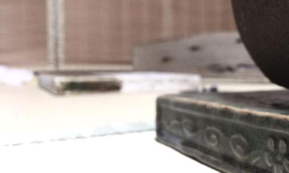 奈良 茶道 体験 nara 三五夜 さんごや 三五屋 茶会 茶室 隠れ家 にじり口 炭 炉 掛軸 椿 ツバキ 茶道具 JR奈良駅 駅前 月釜 徒歩圏内 奈良県 奈良市 三網田 濃茶 薄茶 続き薄 茶花 生花 待合 堂後 宗邑 奈良市三条町にあるお茶と古美術の隠れ家サロン「三五夜」の月釜が堂後宗邑氏の担当により九月十三日、十四日の二日間に渡り開催された。 両日とも満席となる盛況ぶりであった 待合 森田泰山筆 円相ニ天然 色紙 前ニ 供茶 献花 床 無適斎一行 玉杵成霊薬 尋牛斎箱 花入 惺斎好 江の島サザエ籠 有馬昭竹斎作 花 秋草 いろいろ 香合 平城宮跡出土 杉古材 東大寺清水公照 松の字 共箱 而妙斎㐂久寿ノ字 紹巴織帛紗敷キテ 大阪友香作 風炉 尋牛斎好 花押鋳込み扇透し琉球 共箱 莎村作 田口釜添フ 風炉先 桐箔絵 腰 而妙斎判 共箱 奥村製 如心斎 好 掻合塗 大板 水指 須恵窯 朝鮮唐津 而妙斎箱 守俊作 茶入 丹波 銘 庵の友 雪底和尚箱 袋 牡丹唐草金蘭 茶碗 弘入作 赤 銘 萩の露 即中斎箱 出帛紗 タイ土産 象の柄の織物 ひめゆり仕立 副 古曽部焼 御本写 而妙斎箱 薄茶器 即中斎好 金銀笹蒔絵雪吹 而妙斎箱 近左作 茶碗 萩 刷毛目 銘 月影 尋牛斎箱 十五代 新兵衛作 替 真葛焼 蔦の絵 平 香斎作 茶杓 尋牛斎作 銘 清風 共筒箱 菓子器 鹿背山焼 染付鉢 菓子 猿沢 瑠璃菓製 干菓子器 ニューカレドニア土産 干菓子 琥珀と和風マカロン 瑠璃菓製 建水 黄瀬戸 エフゴ形 古橋尚作 蓋置 而妙斎好菊の絵 永楽造 共箱 莨盆 櫛形 兼中斎判 共箱 表朔作 火入 絵唐津 重利作 莨入 切箔タトウ 奥村製 煙管 如心斎好 筋 濃茶 雲鶴 丸久小山園 薄茶 又玄 上林 岩手 裏千家 准教授 浪坂宗正 古美術 やつれ風炉 雲龍釜 敷瓦 鵬雲斎